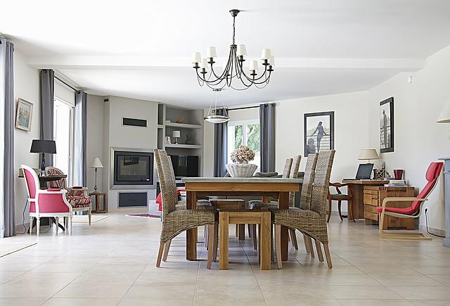 stůl v obýváku
