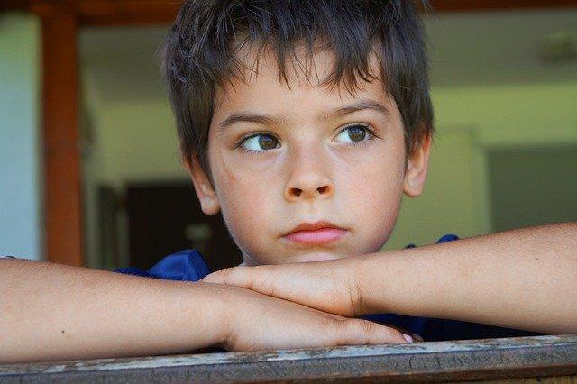 zamyšlený chlapec