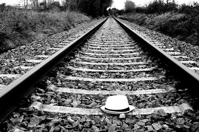 klobouk na kolejích