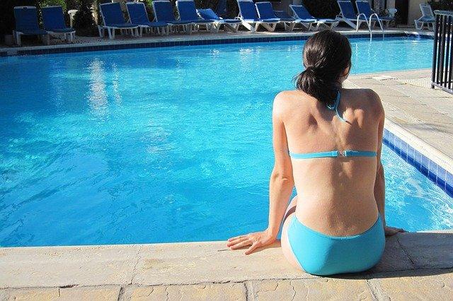 žena na kraji bazénu