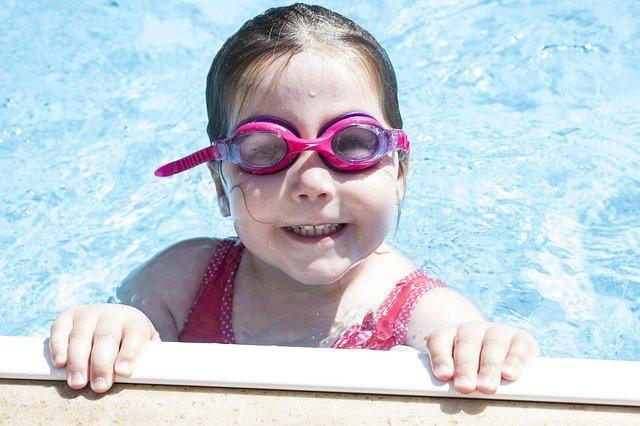 dítě v bazénu.jpg