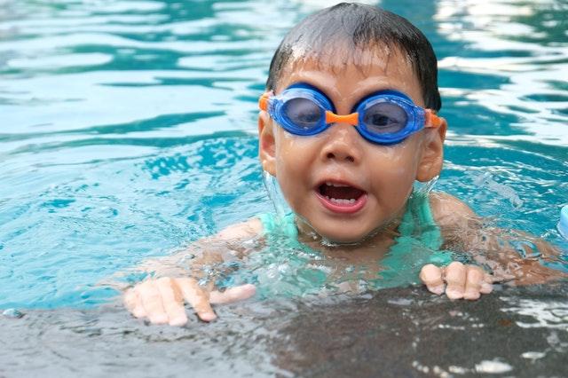 malý chlapec v bazénu