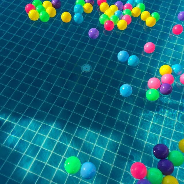 balónky na vodní hladině, bazén