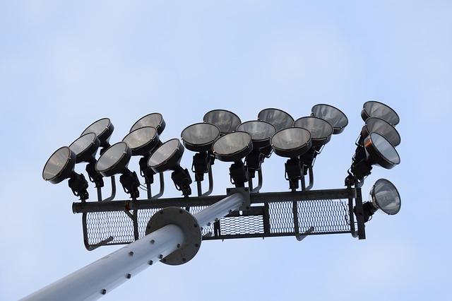 halogenidové výbojky pro osvětlování stadionu