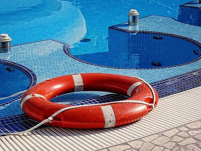 záchranný kruh u bazénu
