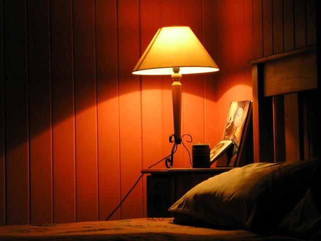 lampa u postele