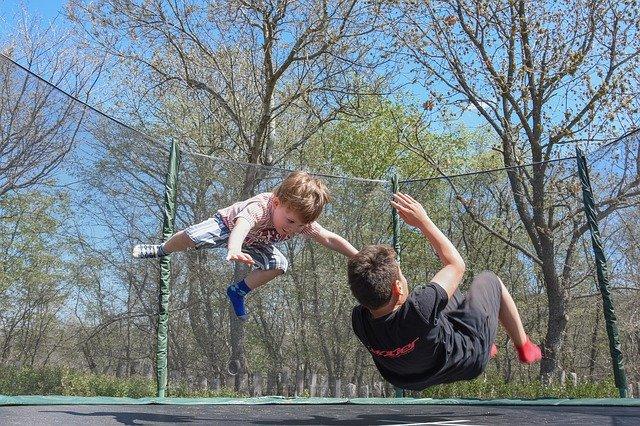 dětská trampolína v přírodě skoky kluci